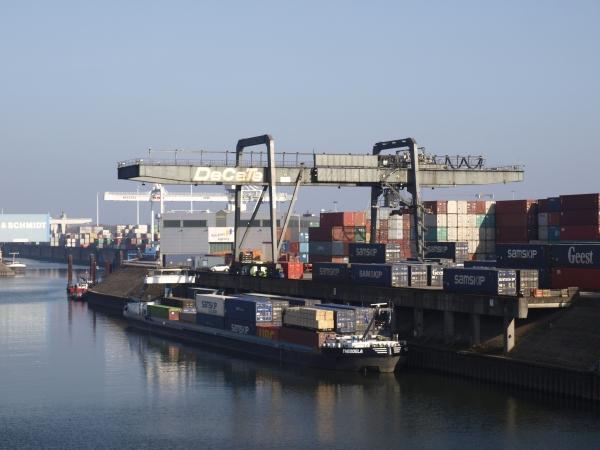 Vorbei am Ruhrorter Hafen