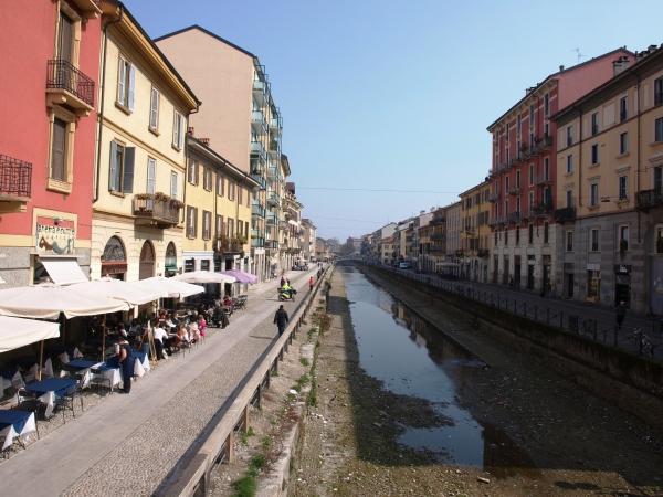 In Navigli entlang der Kanäle spazieren gehen